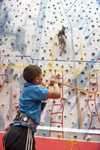 Enfants sur un mur d'escalade