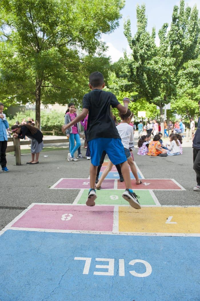 Enfants jouant à la marelle