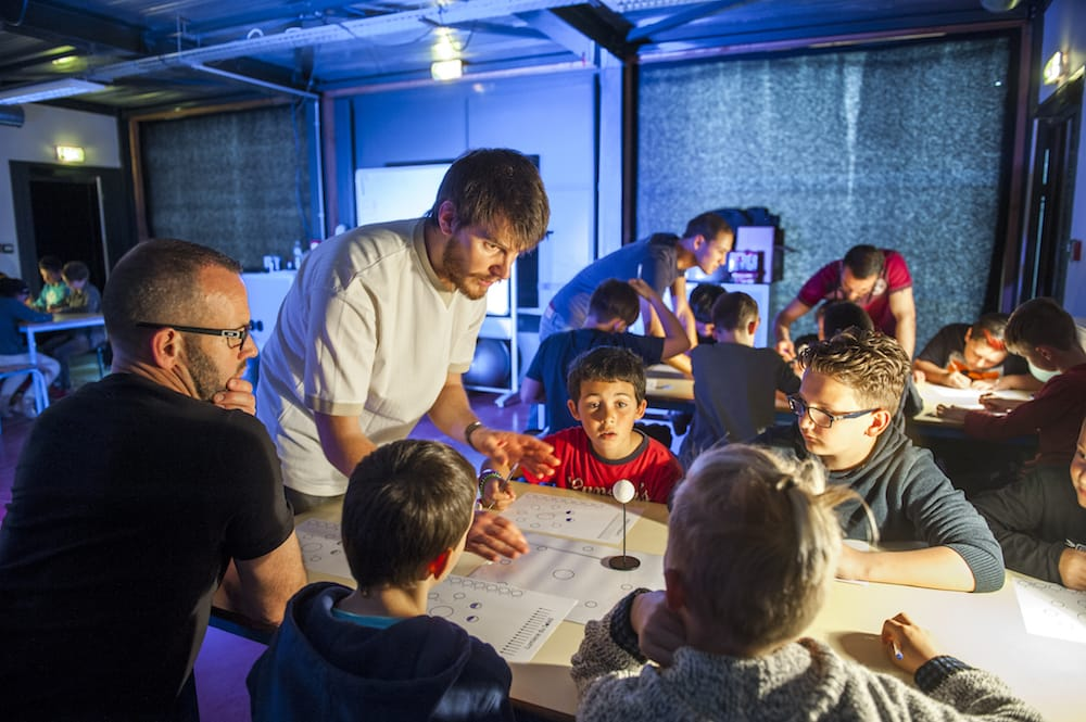 Enfants et animateur scientifique au Planétarium