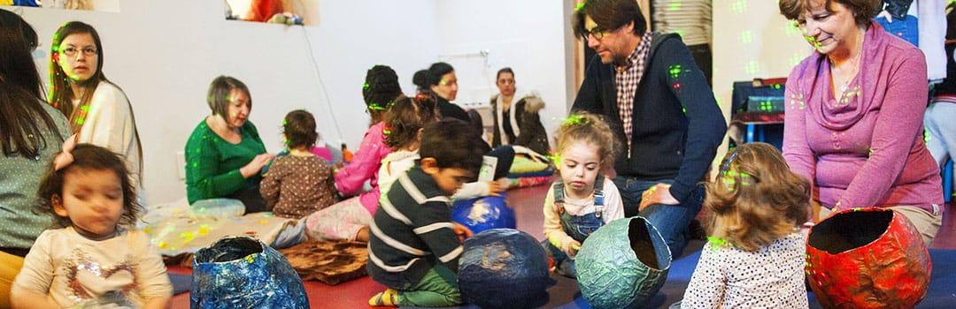 Enfants et parents jouant