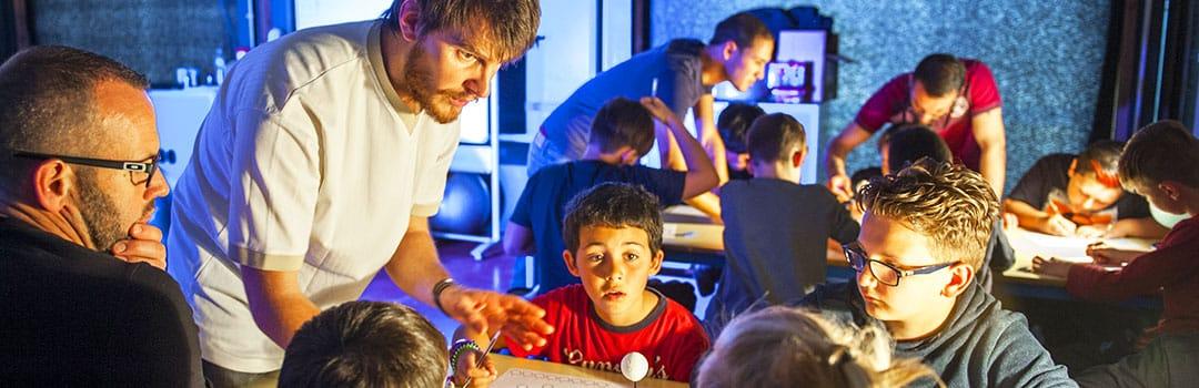 Enfants et médiateur scientifique au Planétarium