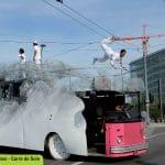 Acrobates sur un bus