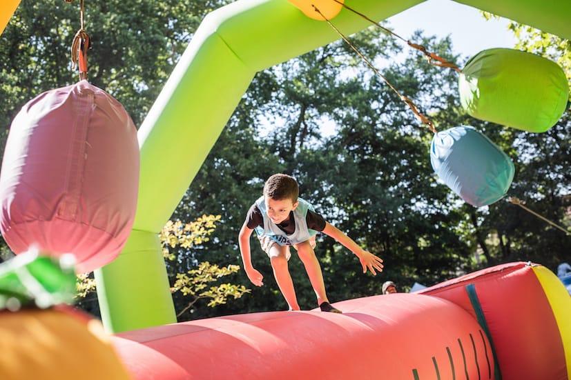Enfant sur une structure gonflable