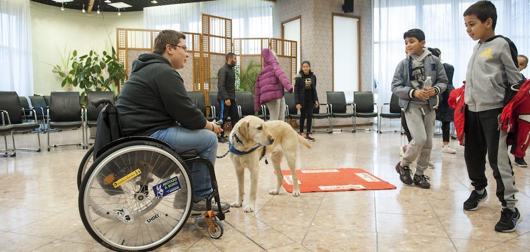 Personne en situation de handicap avec son handi'chien (chien d'assistance)