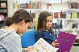 Enfants lisant dans une bibliothèque