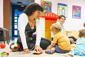 Assistante maternelle avec un enfant