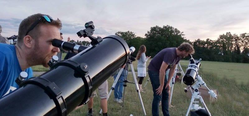 Personnes observant le ciel avec des téléscopes