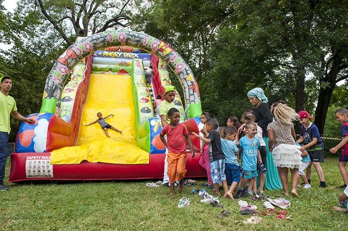 Enfants jouant sur une structure gonflable