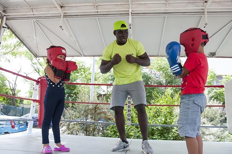 Enfants sur un ring de boxe