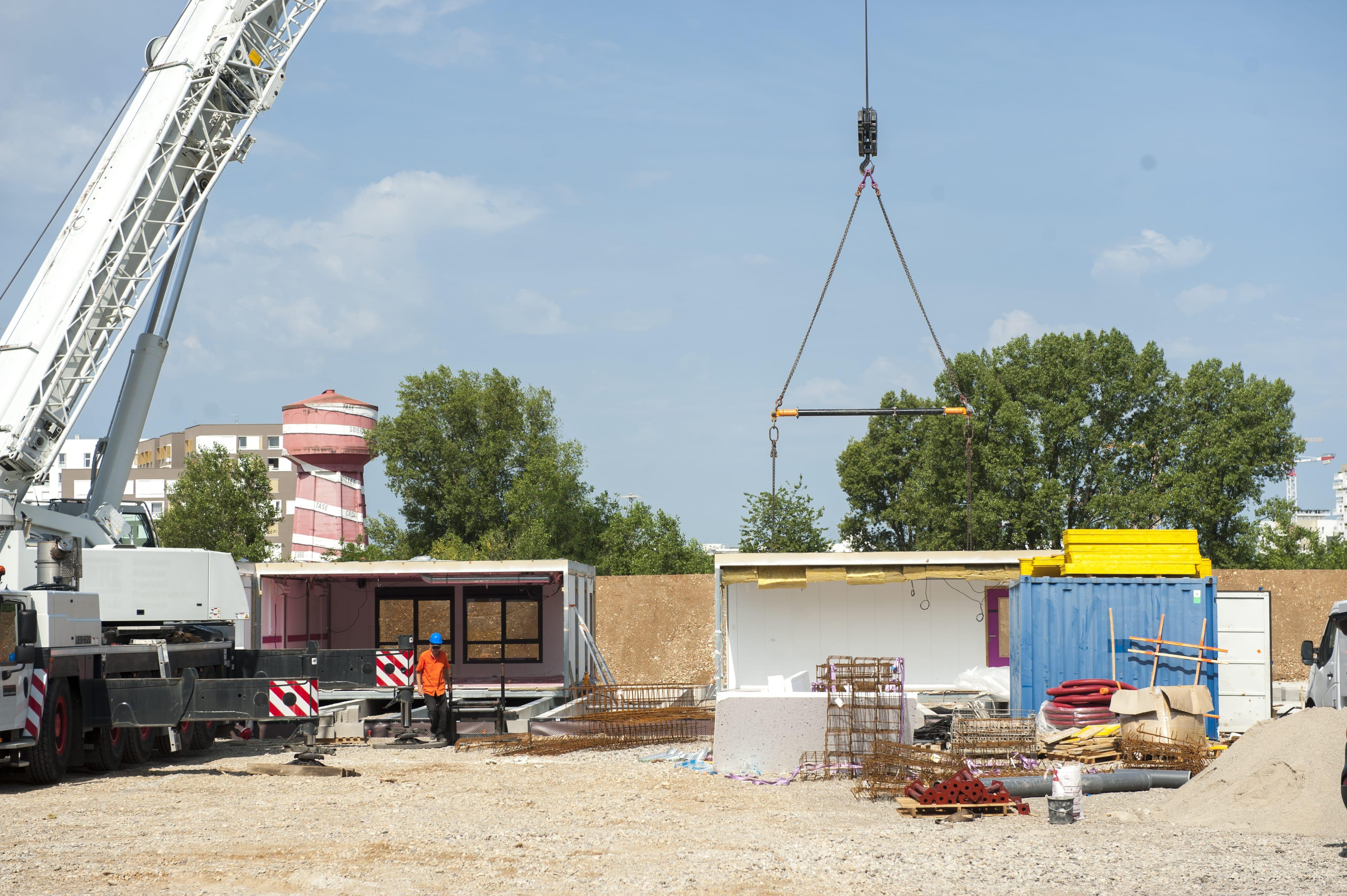 Pose des bungalows sur le site de l'école Odette Cartailhac transitoire