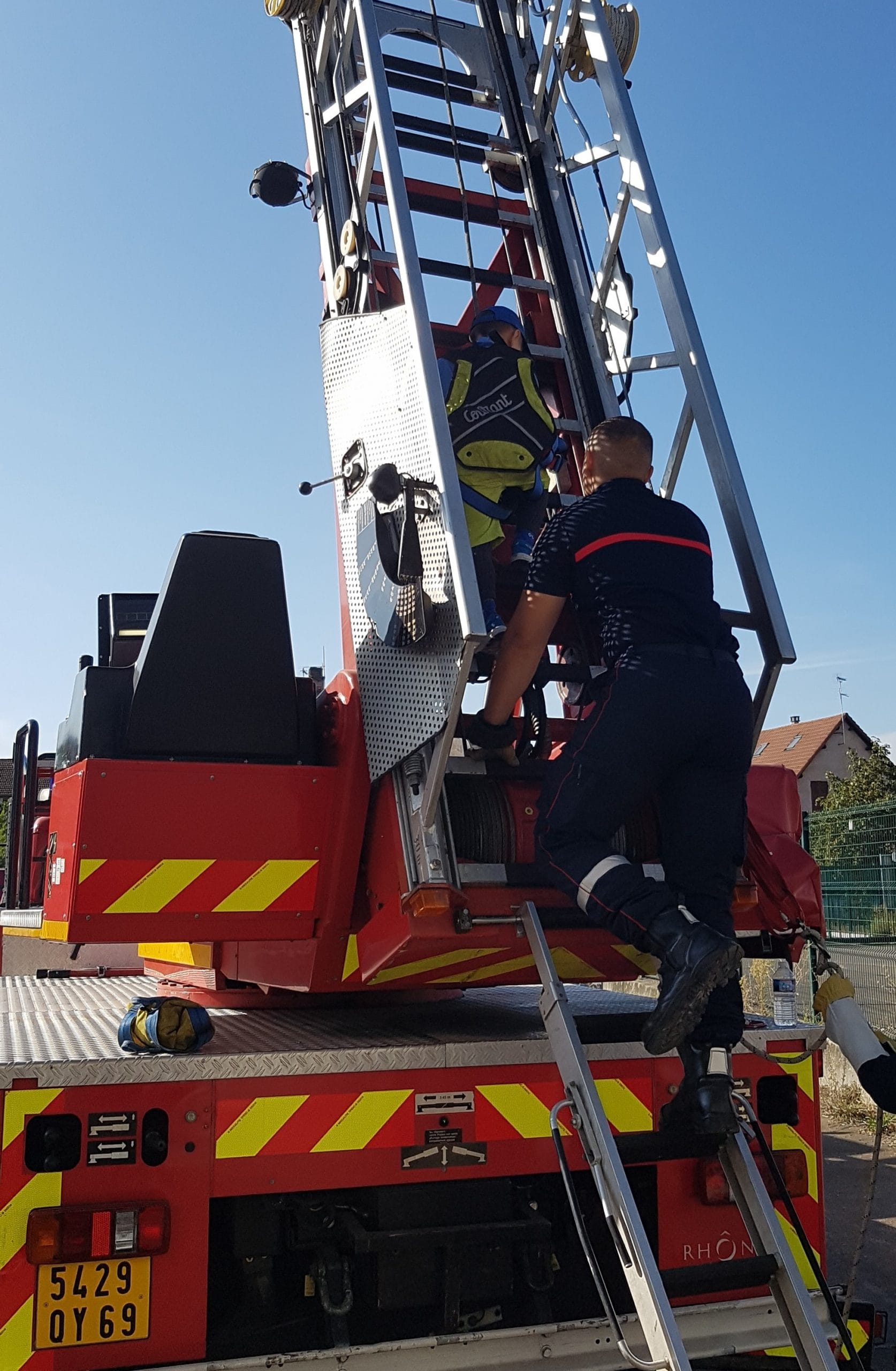 Pompier grimpant à la grande échelle