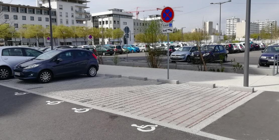 Places pour les personnes à mobilité réduite à Vaulx-en-Velin