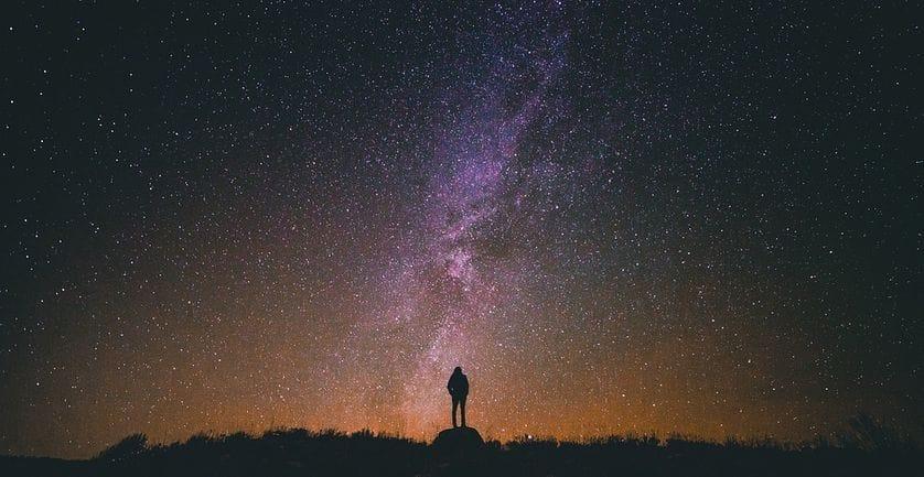 Illustration d'un homme devant un ciel étoilé