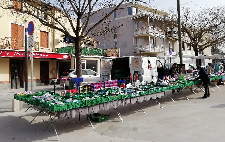 Marché du village place Boissier - mars 2021