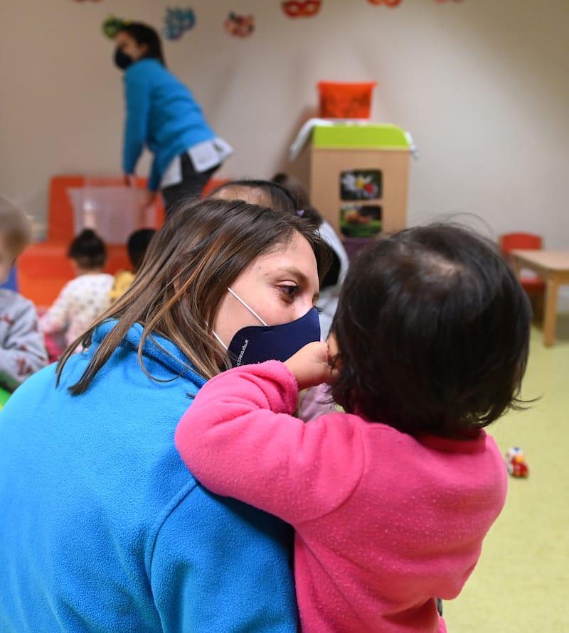 Auxiliaire de puériculture avec un enfant à la crèche Brin de Lune