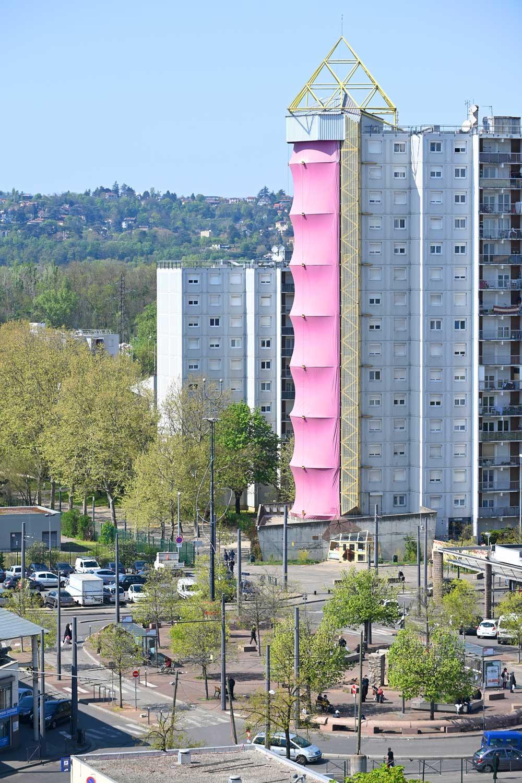 Tour d'escalade devant la place Guy Moquet au Mas du Taureau - avril 2021 - photo Laurent Cerino