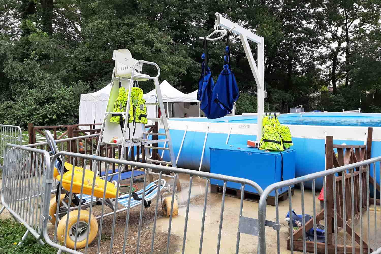 Fauteuil flottant et lève personne permettant l'accès à la piscine pour les personnes handicapées - Activ'été 2021 - Parc Elsa Triolet