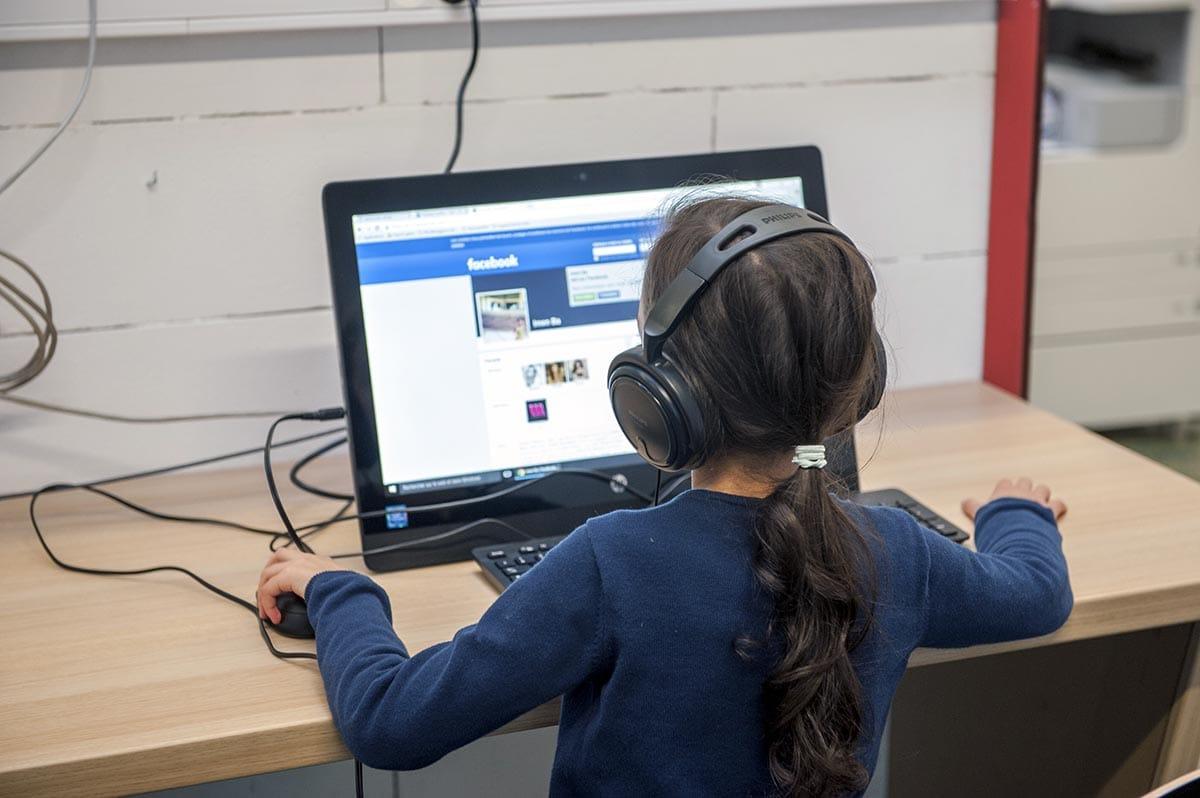 Bibliothèque Georges Perec - des ordinateurs à disposition du public - janvier 2016 - Photo Thierry Chassepoux