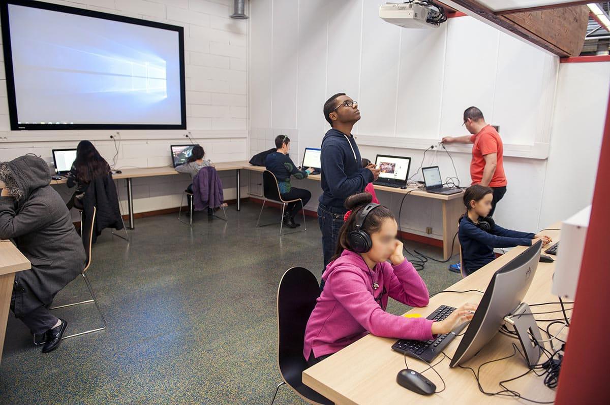 Bibliothèque Perec - salle informatique avec écran geant - janvier 2016