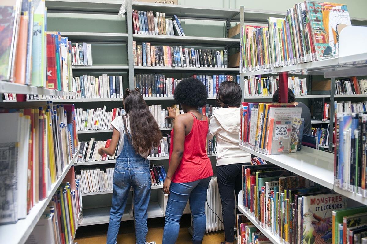 Bibliothèque Perec - Classement et rangement des livres dans le cadre des chantiers d\'été pour les jeunes - juillet 2017 - Photo Thierry Chassepoux