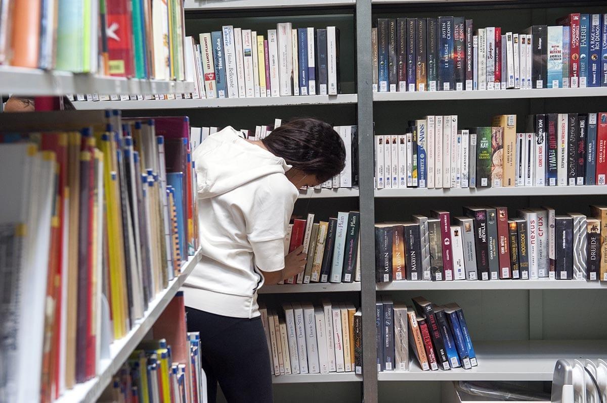 Bibliothèque Perec - Classement et rangement des livres dans le cadre des chantiers d\\\'été pour les jeunes - juillet 2017 - Photo Thierry Chassepoux