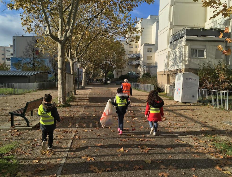 Enfants ramassant des déchets pour préserver l'environnement à Vaulx-en-Velin
